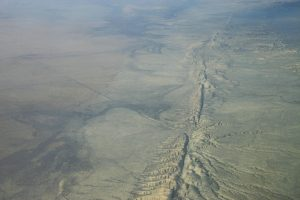 Imagine aeriană a faliei tectonice San Andreas. Sursa, By Ikluft - Own work, GFDL, https://commons.wikimedia.org/w/index.php?curid=3106006